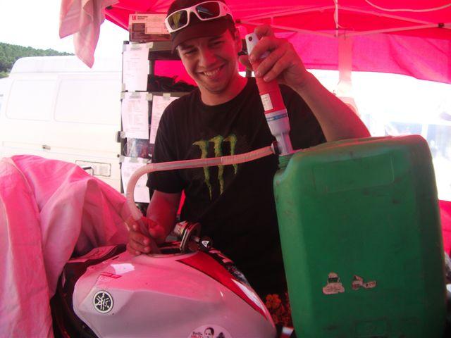 Arnaud en plein remplissage de la Yamaha R1 , pour une des courses du week end promosport ales 2011