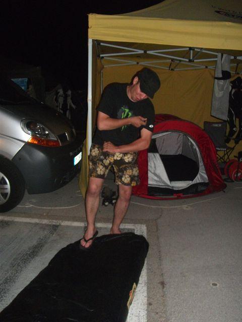Arnaud pret a allez se coucher sur son matelas week end de couse promosport ales 2011- volkanik endurance