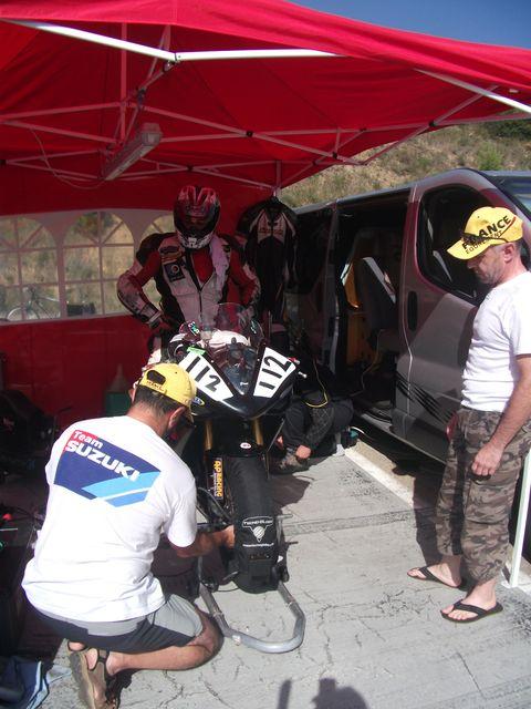 coupes de france promosport 1000 circuit d'ales 2011, verification de la pression du pneu avant par dave et surpervisé par Phil