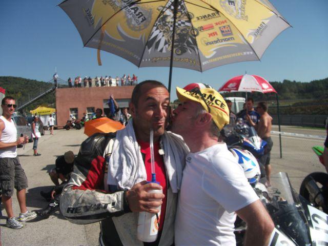 Phil(The coiffor) fait un gros bisous à sergio nangeroni pour l'encourager en vue de sa prochaine course de promosport 1000 sur le circuit d ales 2011 volkanik endurance