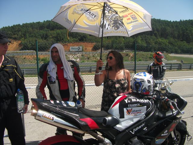 circuit d'ales week end promosport 1000, yamaha R1 sergio nangeroni sous un grand parapluie pour limiter la chaleur