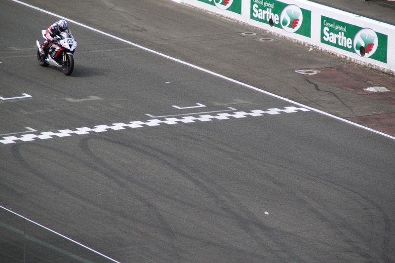 Week end coupes de france promosport 1000 sur le circuit mythique du mans, Sergio Nageroni # sur kawasaki ZX-10R va passer la ligne d'arrivée .Team volkanik endurance
