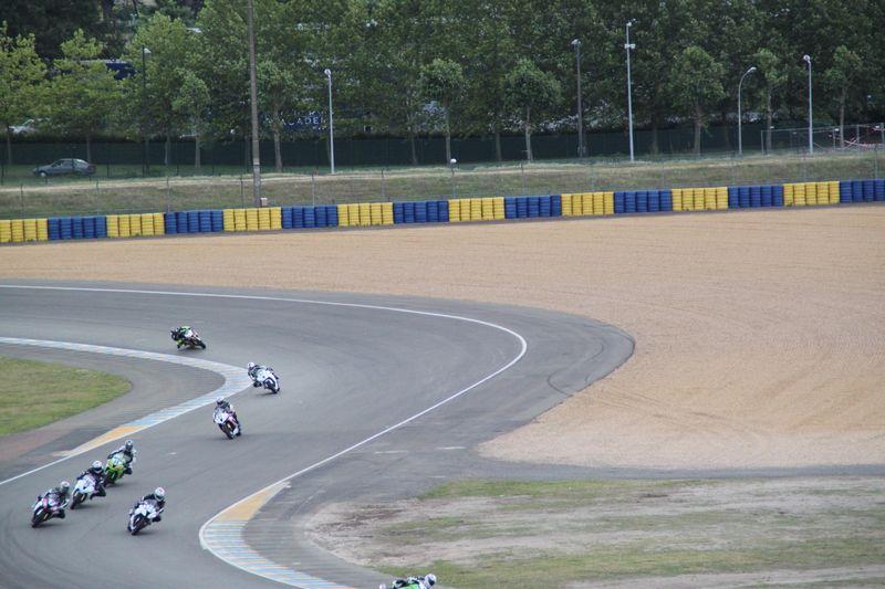 Un ralentissement de motos sur la piste du mythique du Mans, lors du week end coupes de france promosport 1000.