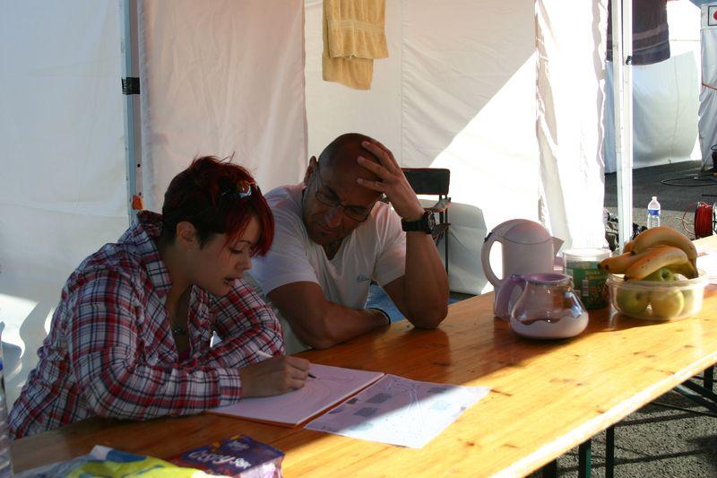Scéance de travaille sur les trajectoires à prendre sur la piste de nogaro lors du week end coupes de france promosport 1000 entre steffie Naud et sergio nangeroni