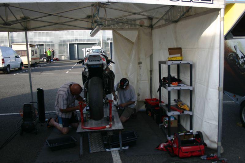 Les mecanos su team volkanik endurance à l'oeuvre sur la kawasaki ZX-10R #83