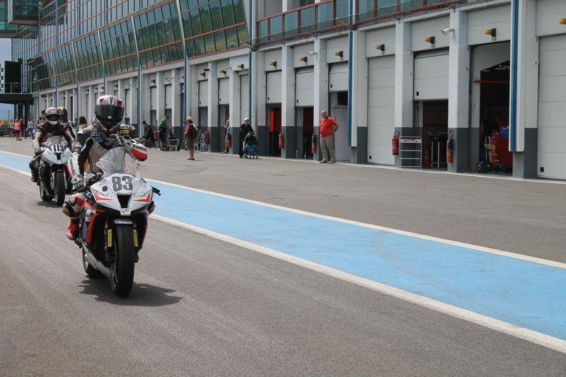 Kawasaki zx-10r #83 piloté par sergio nangeroni devant les box du circuit de magny-cours 2012.Lors d'un week end de course en coupes de france promosport 1000