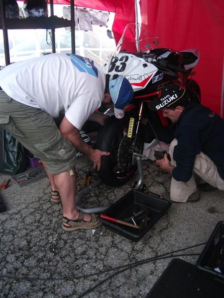 Dave et Jeff en pleine preparation de la kawasaki ZX-10R sur le circuit de ledenon lors du week end coupes de france promosport 1000 en 2012