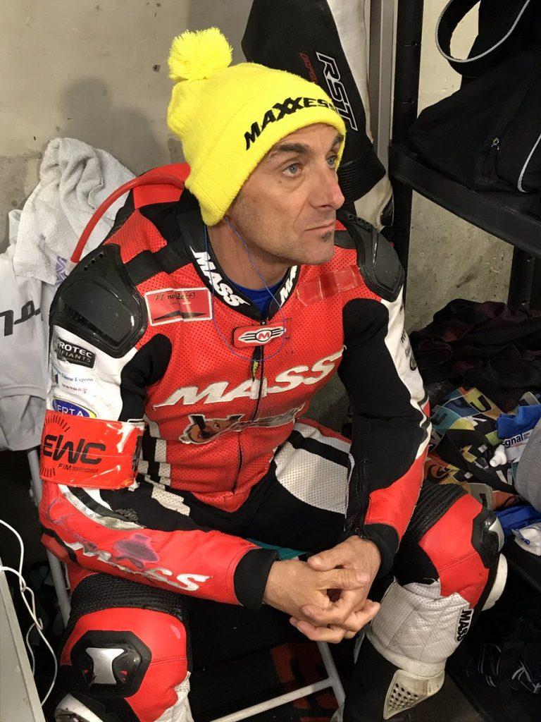 Sergio nangeroni concentré suivant la course sur les ecrans de controle