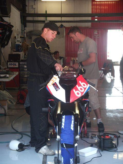 Mecanos a l'ouvre sur la BMW du team SRET666 au 24h motos de barcelone 2011