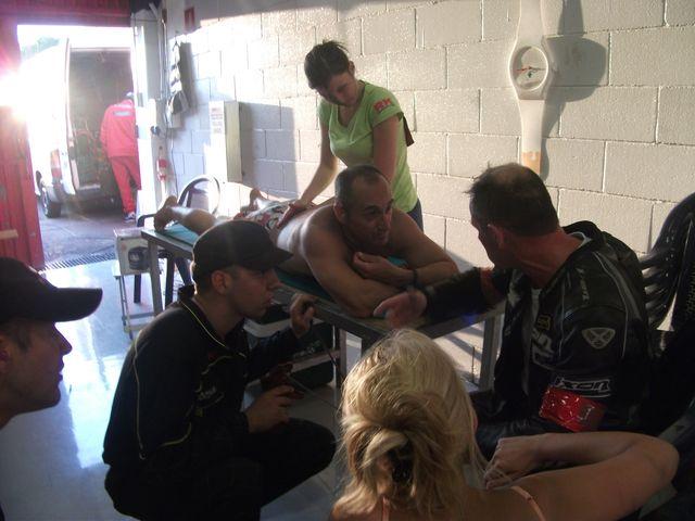 Sceance Massage sur sergio nangeroni au 24 h motos de barcelone 2011