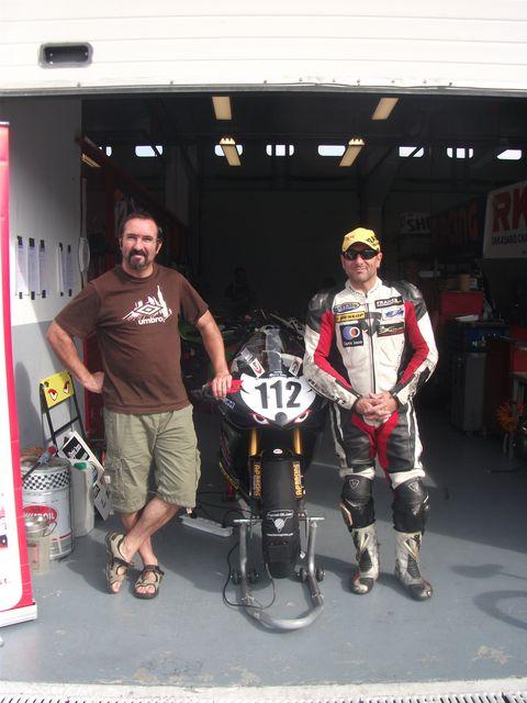 Dave et sergio pose avec la yamaha r1 , promosport 1000 circuit magny-cours