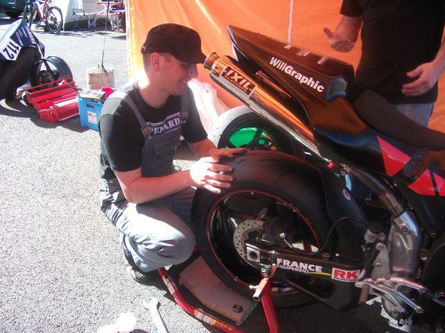 Arnaud mecanos verifiant le pneu de la yamaha R1 ,team volkanik endurance