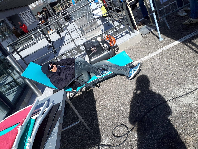 Sergio nangeroni faisant la sieste sur le circuit d'issoire lors du salon sports mécanique